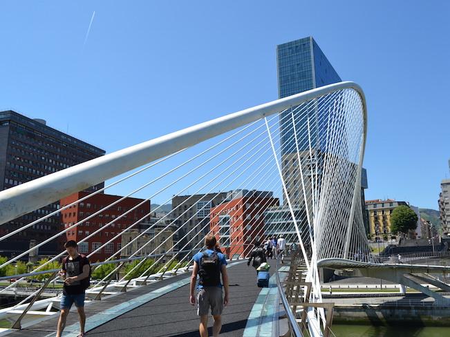 De moderne brug van Calatrava in Bilbao (Baskenland)