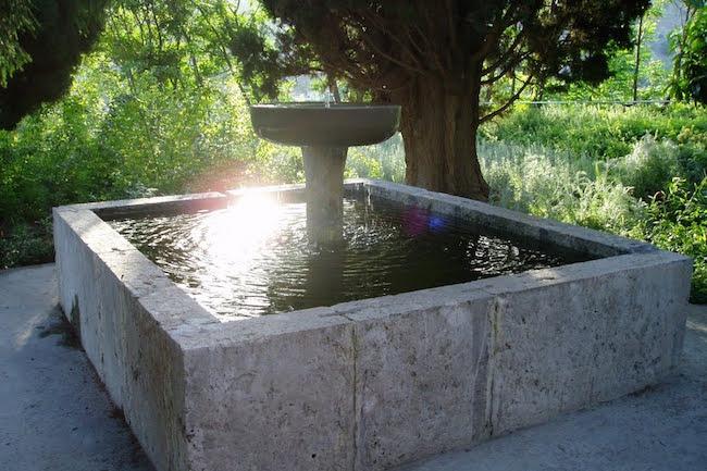 Een fontein in de Moorse tuin van Velez de Benaudalla bij La Alpujarra (Zuid Spanje)