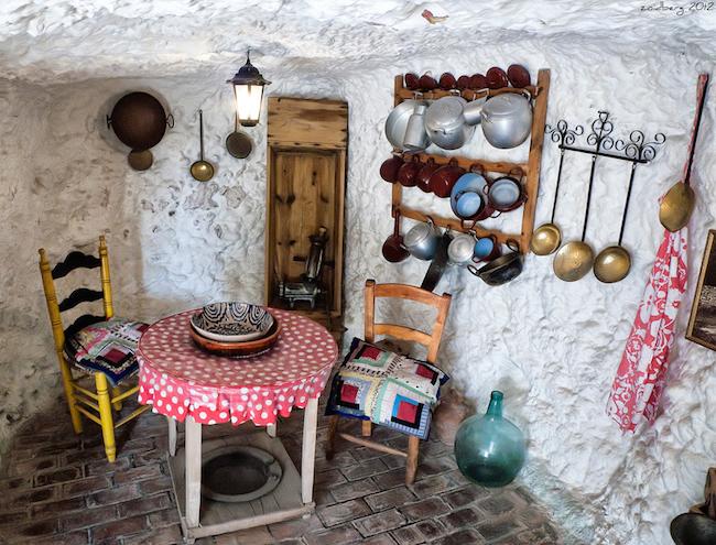 Een grotwoning in het museum Cuevas del Sacromonte in Granada (Zuid Spanje)