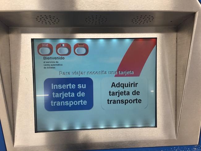 In de automaten van de metro stations kun je de OV-kaart van Madrid kopen en opladen