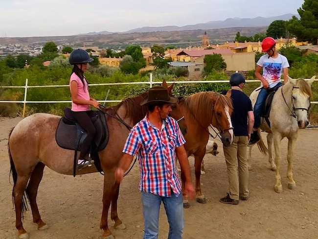 Paardrijles bij Alfredo bij krottendorp Guadix in de provincie Granada