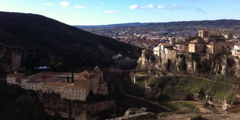 Uitzicht op het Middeleeuwse stadje Cuenca met zijn hangende huizen en Parador hotel