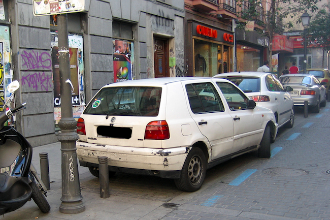 Een blauwe parkeer zone in Madrid