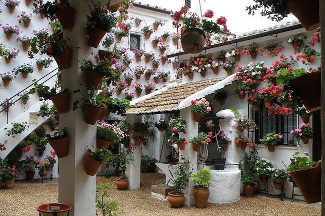 Een kleurrijk versierde patio in Córdoba