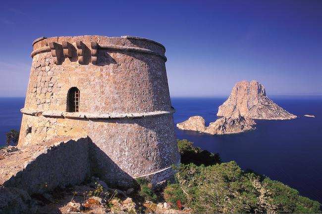 De piratentoren Torre del Pirate op het Spaanse eiland Ibiza