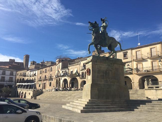 Standbeeld van conquistador Pizarro op Plaza Mayor Trujillo