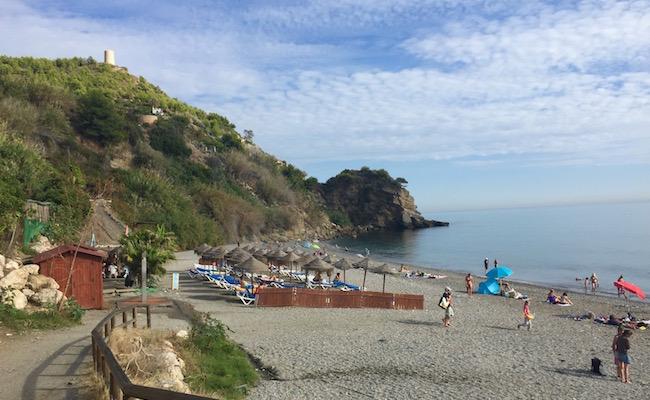 Srandstoelen, strandtent en openbare wc's op het strand van Maro in de provincie Malaga