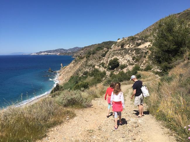 Grindpad dat voor naar het Alberquillas strand bij Nerja (Zuid Spanje)