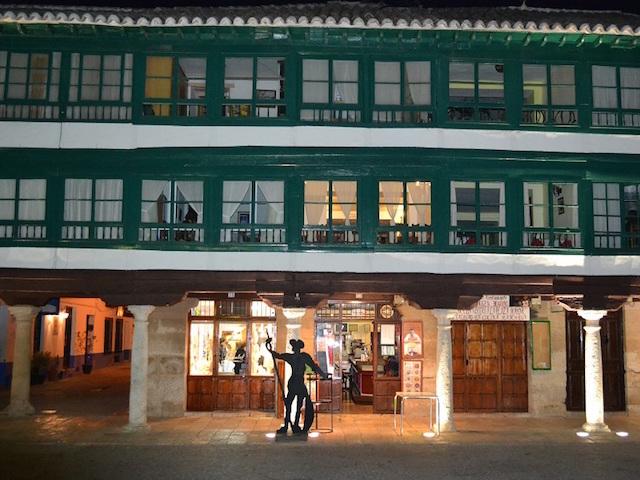 Plaza Mayor van Almagro met houten wit-groene zuilengalerij