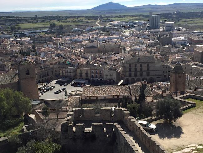 Plaza Mayor van Trujillo (Extremadura) gezien vanaf het fort