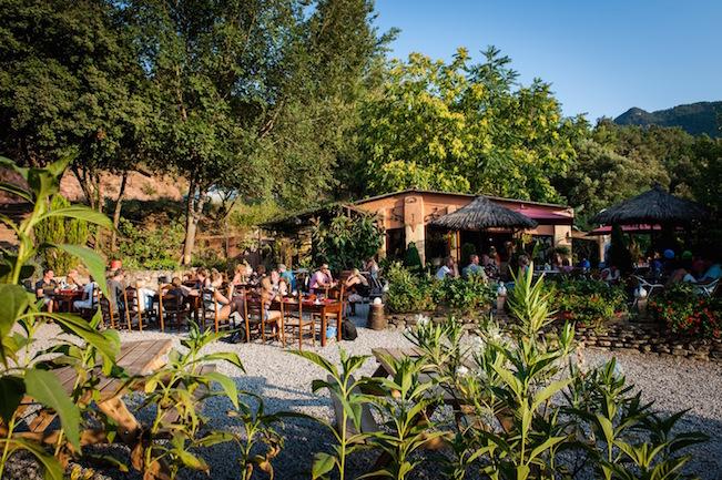 Het Praethuys - een gemeenschappelijke ruimte met groot terras op camping Manso Coguleras in Spanje