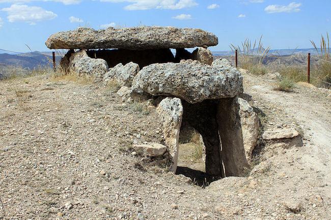Prehistorische graven in het Megalitische park van Gorafe in de Valles del Norte de Granada
