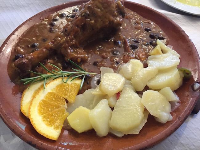 Kip met rozijnen en gekarameliseerde ui in het restaurant van El Acebuchal: jammie!