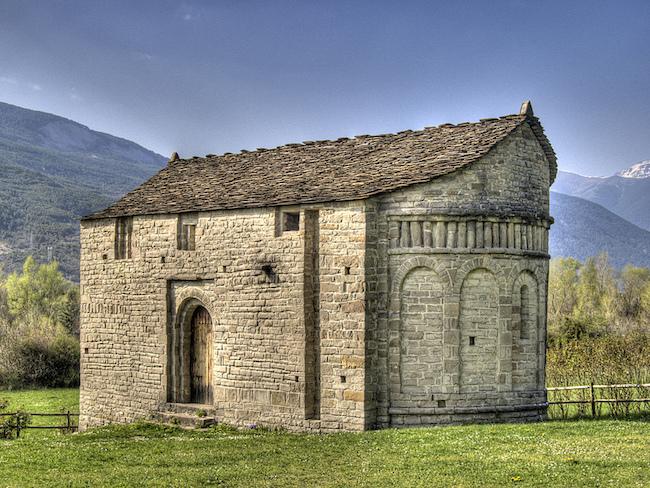 Romaanse kerk San Juan de Busa op de Ruta de Serrablo in de provincie Huesca in Aragon