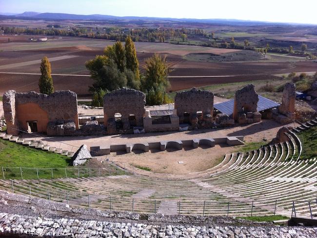 Resten van het Romeinse theater in de Romeinse stad Clunia in Castillië en Leon