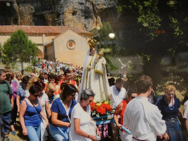 Processie van San Bartolomeo in natuurpark Hoces del Río Duratón in Spanje