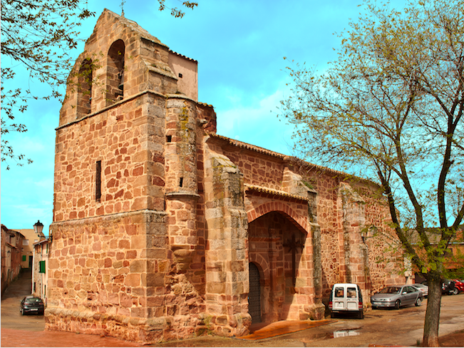 De San Martin Obispo kerk in Alcolea de las Peñas - een van de Romaanse kerken in de provincie Guadalajara (Castillië La Mancha, Midden Spanje)