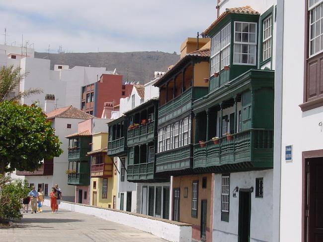 Kleurrijke plafonds in de straten van Santa Cruz de la Palma (Canarische eilanden)