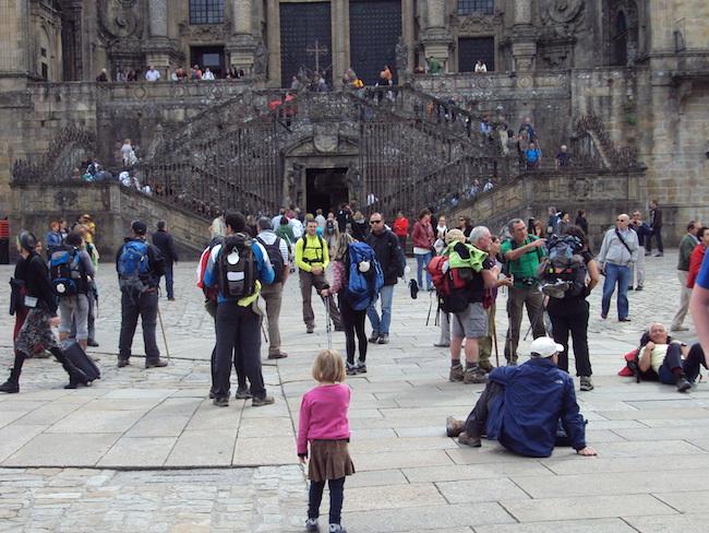 Pelgrims komen aan bij kathedraal van Santiago de Compostela (Noord Spanje)