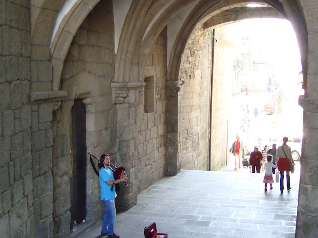 Doedelzakmuziek bij de Arco de Palacio in Santiago de Compostela (Noord Spanje)
