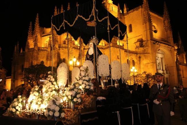 Een Mariabeeld voor de Kathedraal tijdens de Goede Week in Segovia (Midden Spanje)
