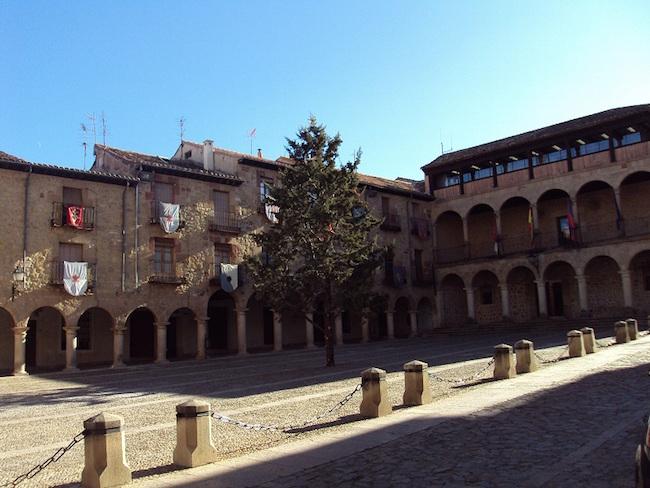 Plaza Mayor in de Middeleeuwse plaats Sigüenza in de provincie Guadalajara (Castillië La Mancha, Midden Spanje)