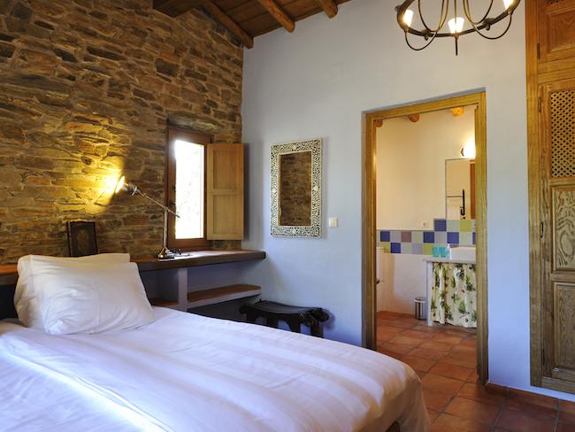 grote bedden in de comfortabele rustieke vakantiehuizen van Finca las Abubillas