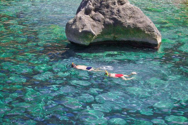 Snorkelen in het kristalheldere water voor de kust van Mallorca