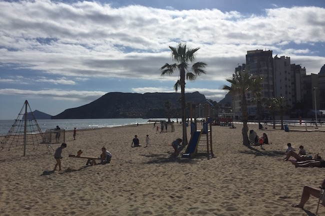 Leuke speeltoestellen op het Arenal strand in Calpe