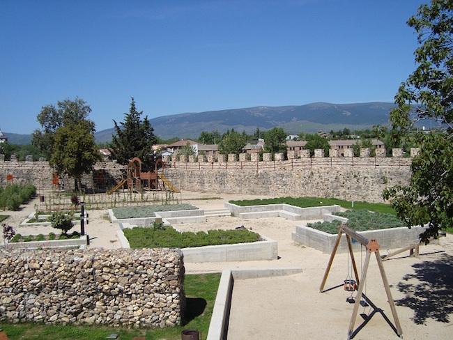 Speeltuin en opgeknapte Moorse stadsomwalling van Buitrago del Lozoya
