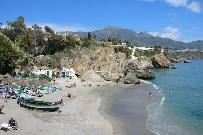 strand in Nerja in provincie Malaga