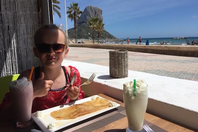 Even heerlijk fout pannenkoeken eten in een van de strandtentjes aan het Arenal strand in Calpe (op achtergrond de Peñon de Ifach)