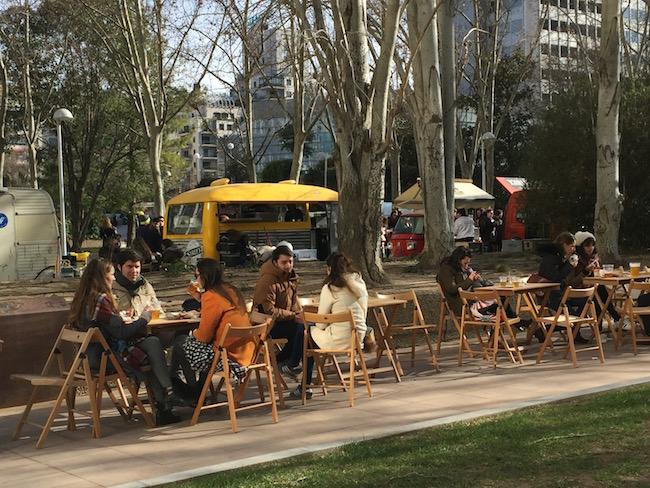 Een ontspannen sfeer bij de Food Trucks van Madrid