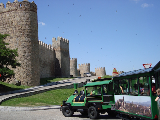Met het toeristentreintje op verkenning door Middeleeuwse stad Avila in Midden Spanje