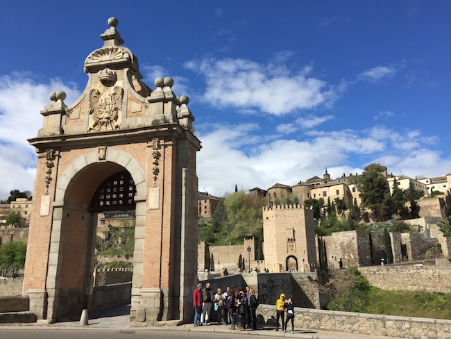 De Alcantara brug - een van de toegangen tot de oude binnenstad van Toledo