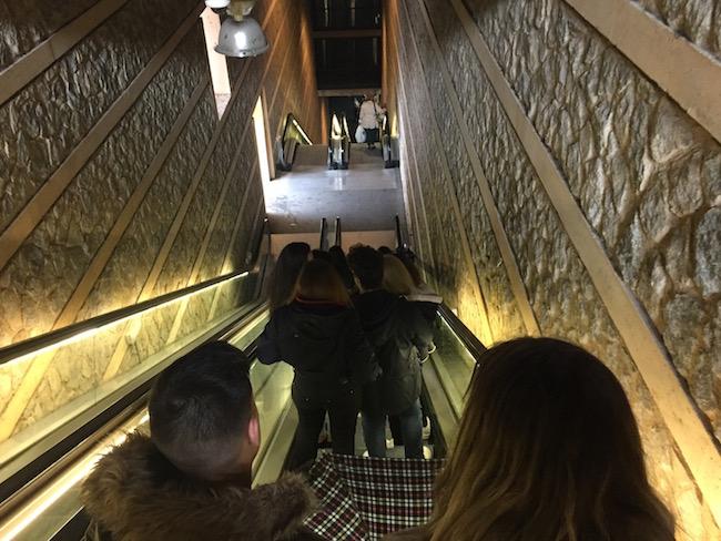 Een lange, stijle roltrap brengt je vanaf de voet van de berg direct omhoog naar het historisch centrum van Toledo