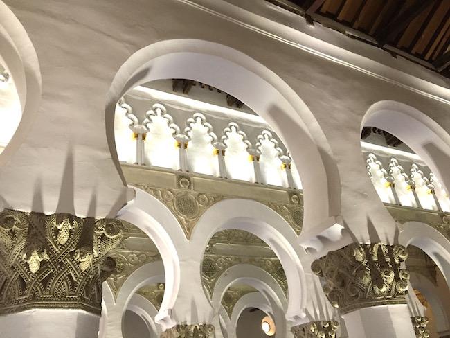 Prachtige Arabische hoefijzer-bogen in de Santa Maria Blanca synagoge in Toledo (Foto: Spanje voor Jou)