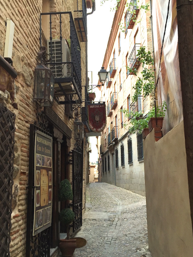 Een smal straatje in de Middeleeuwse plaats Toledo (Midden Spanje)