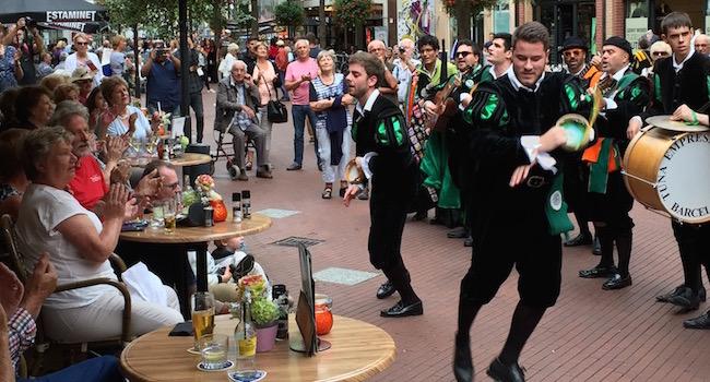 Volle terrassen en blijde gezichten tijdens de street parada van het Tuna Festival in Eindhoven