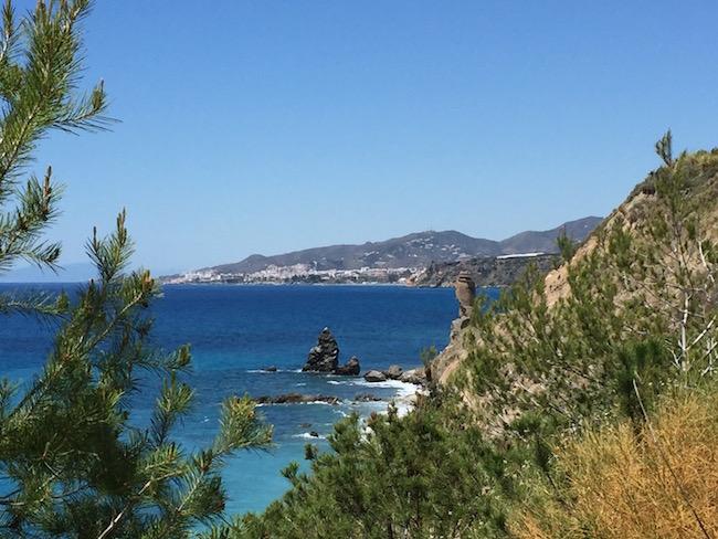 Uitzicht vanaf Playa las Alberquillas op uitkijktoren Maro en kustplaats Nerja (Malaga, Andalusië)