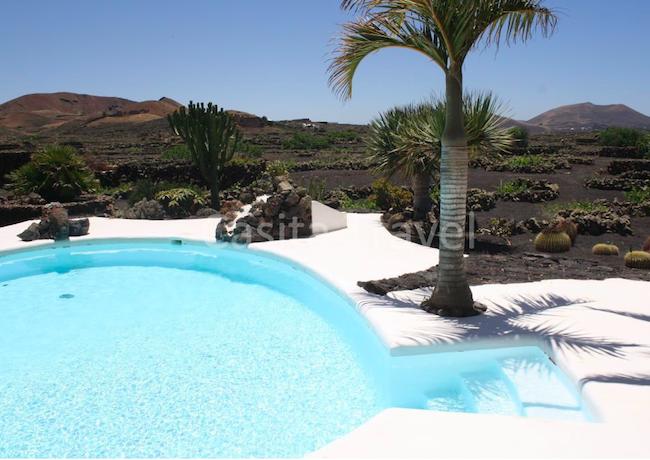zwembad in stijl van architect Cesar Manrique