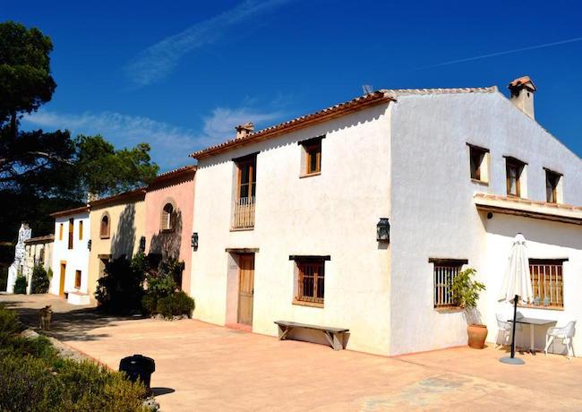 De vier huizen in het opgeknapte gehucht Benalí in het binnenland van Spanje