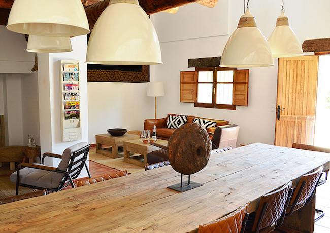 Modern rustieke inrichting van een van de 8-persoons vakantiehuizen van Benalí