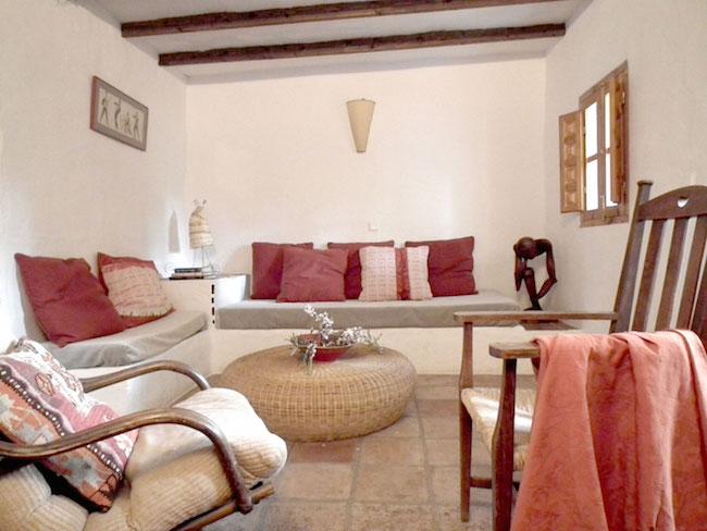 Woonkamer in een van de rustieke vakantiehuizen van Castillejos Retreat in Andalusié