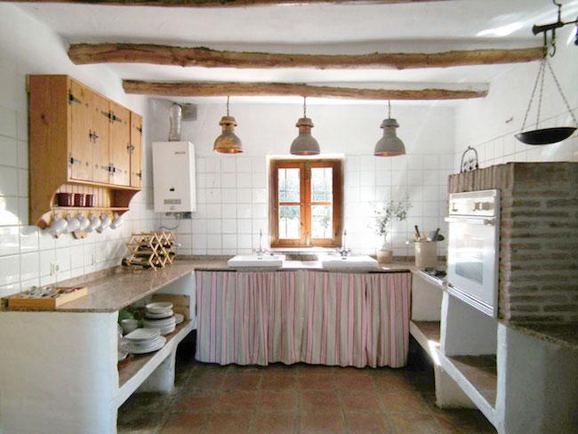Keuken in een van de rustieke vakantiehuizen van Castillejos Retreat in Zuid Spanje
