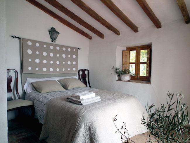 Slaapkamer in een van de rustieke vakantiewoningen van Castillejos Retreat
