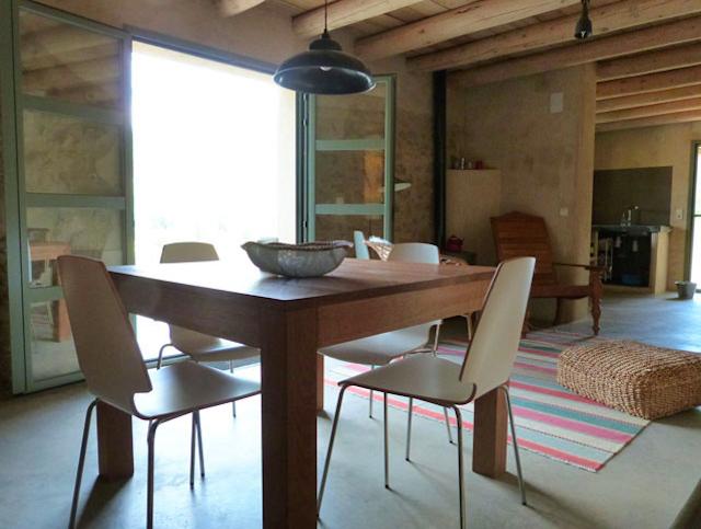 Eenvoudige inrichting van La Cabaña bij Juseu, aan de voet van de Spaanse Pyreneeën