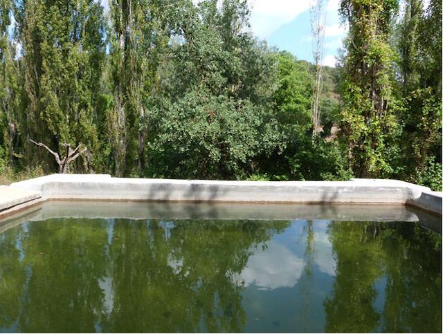 het natuurbassin van eco-huisje La Cabaña in Juseu