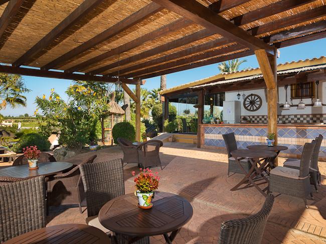 Het terras en restaurant van het kleine vakantiepark in het binnenland van Malaga