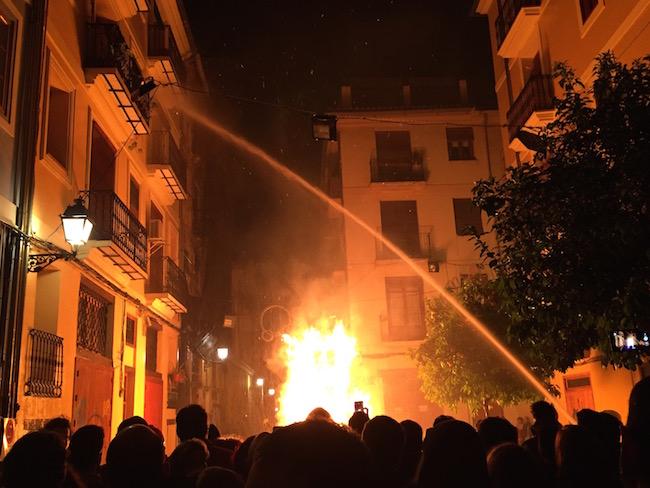 Huizen nat houden tijdens het verbranden van een falla (Valencia, Spanje)